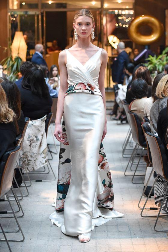 Греческие свадебные платья 2017-2018: узкая юбка с длинным цветным шлейфом