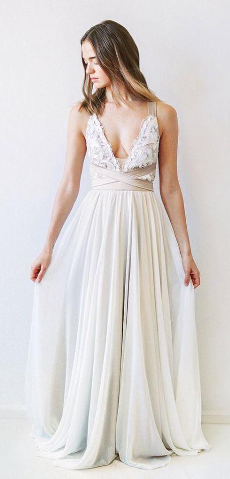 Греческие свадебные платья 2017-2018: глубокий вырез декольте и плиссированная юбка