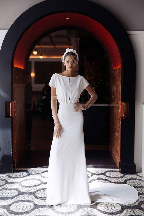 Греческие свадебные платья 2017-2018: минималистичное с коротким рукавом
