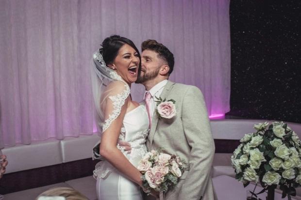 Британка вышла замуж в дешёвом платье, которое нашла затоптанным на полу универмага