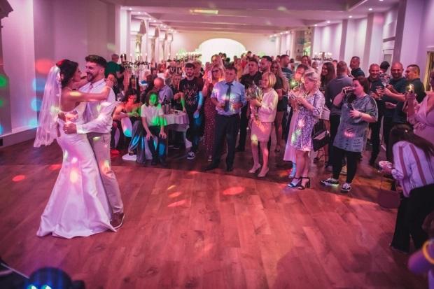 Британка вышла замуж в дешёвом платье - свадебный танец