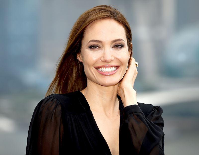 Неудачные платья Анджелины Джоли - улыбка