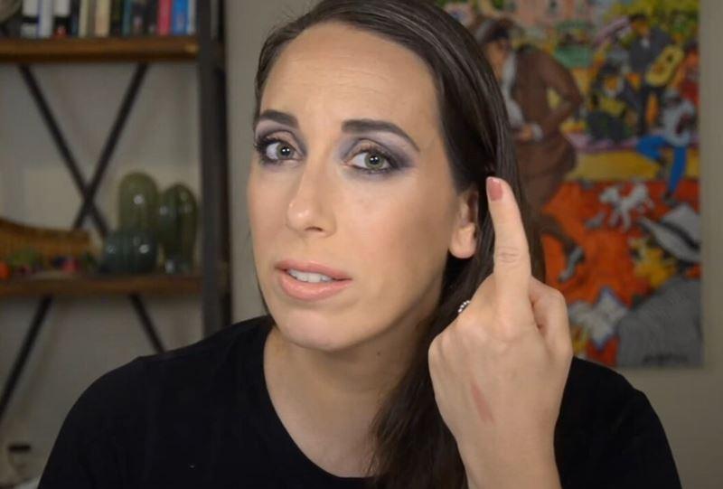 Израильский визажист показала простую технику маскировки морщин при помощи макияжа