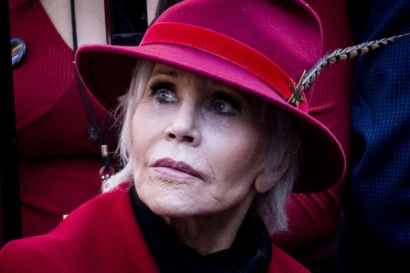 Как Джейн Фонда в 80+ носит розовый - в красно-розовой шляпке
