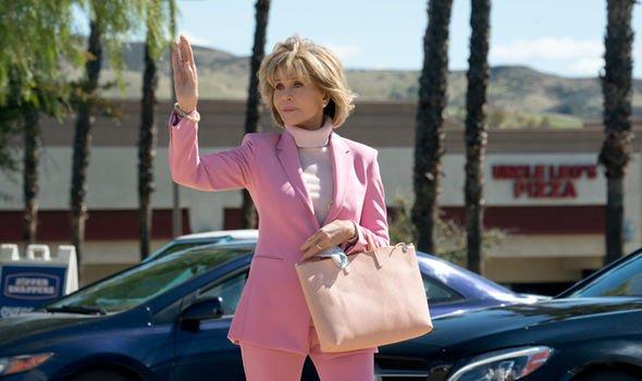 Как Джейн Фонда в 80+ носит розовый - «Грейс и Фрэнки»
