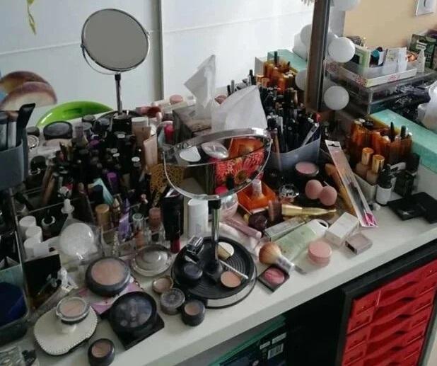 Фанатка макияжа и хранение косметики - стол с косметикой