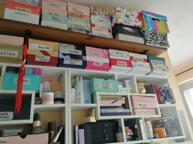 Фанатка макияжа и косметика - полки с коробками