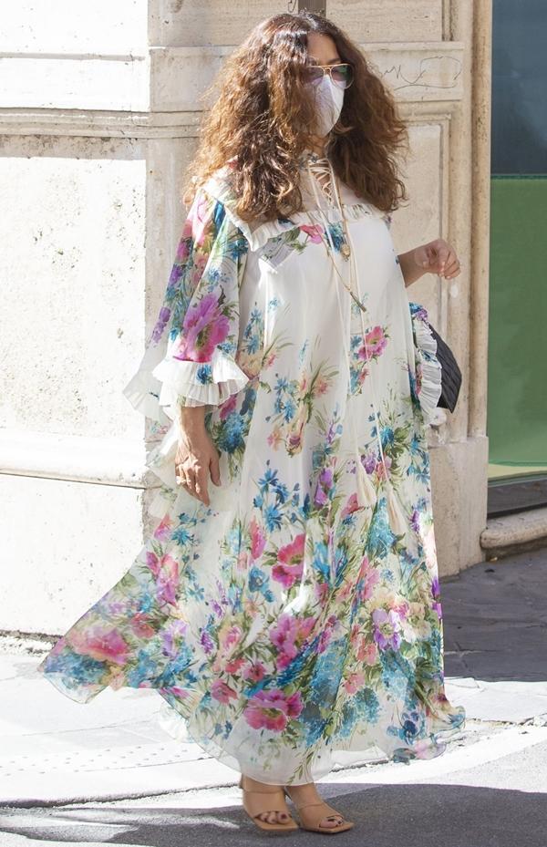 Уличный стиль Сальмы Хайек - Платье-балахон с цветочным принтом
