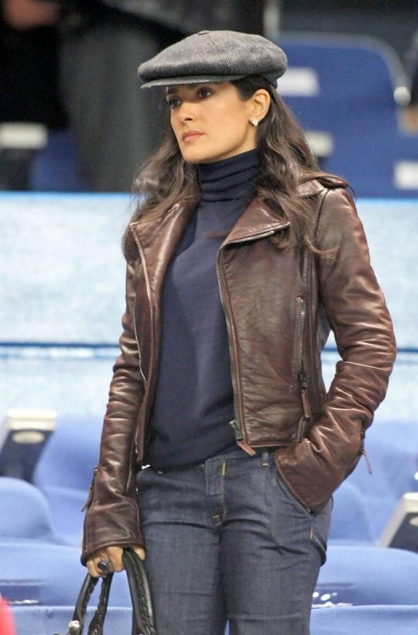 Уличный стиль Сальмы Хайек - Кожаная косуха с джинсами и водолазкой