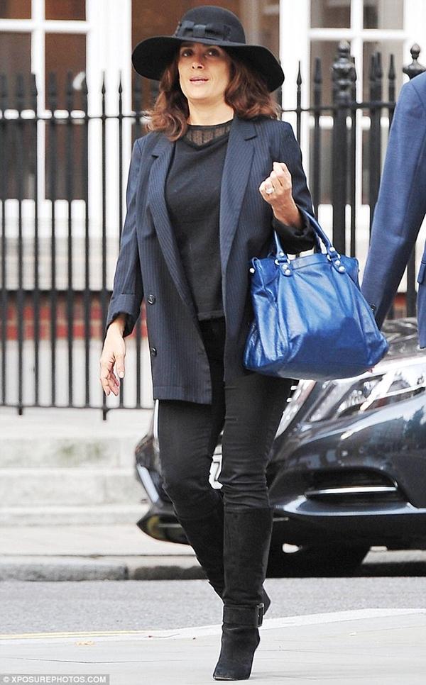 Уличный стиль Сальмы Хайек - Чёрные джинсы с топом и синим жакетом в тонкую полоску