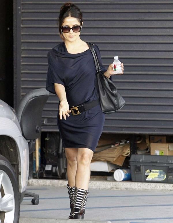 Уличный стиль Сальмы Хайек - Короткое тёмно-синее платье-туника
