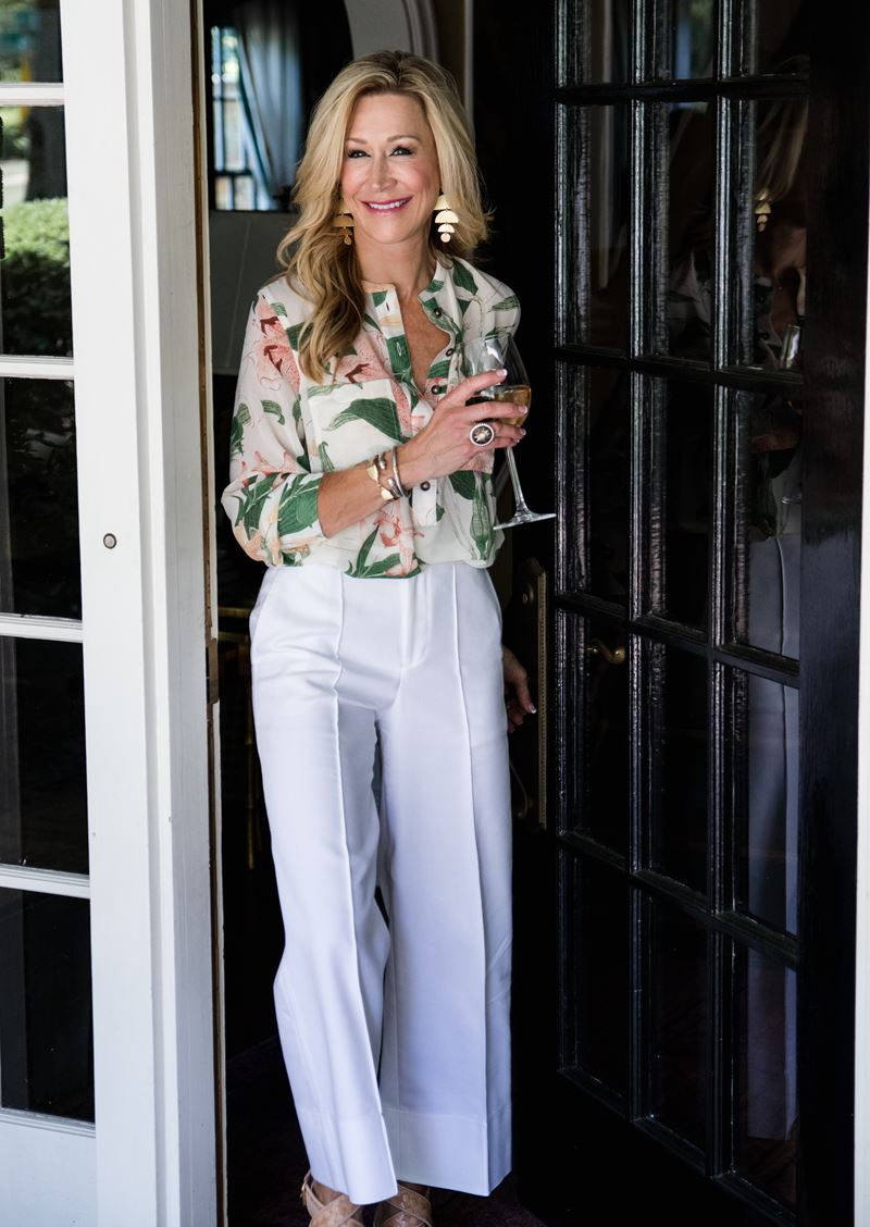 Как женщинам за 50 носить укороченные брюки - Блузка с принтом и белые кюлоты со стрелкой