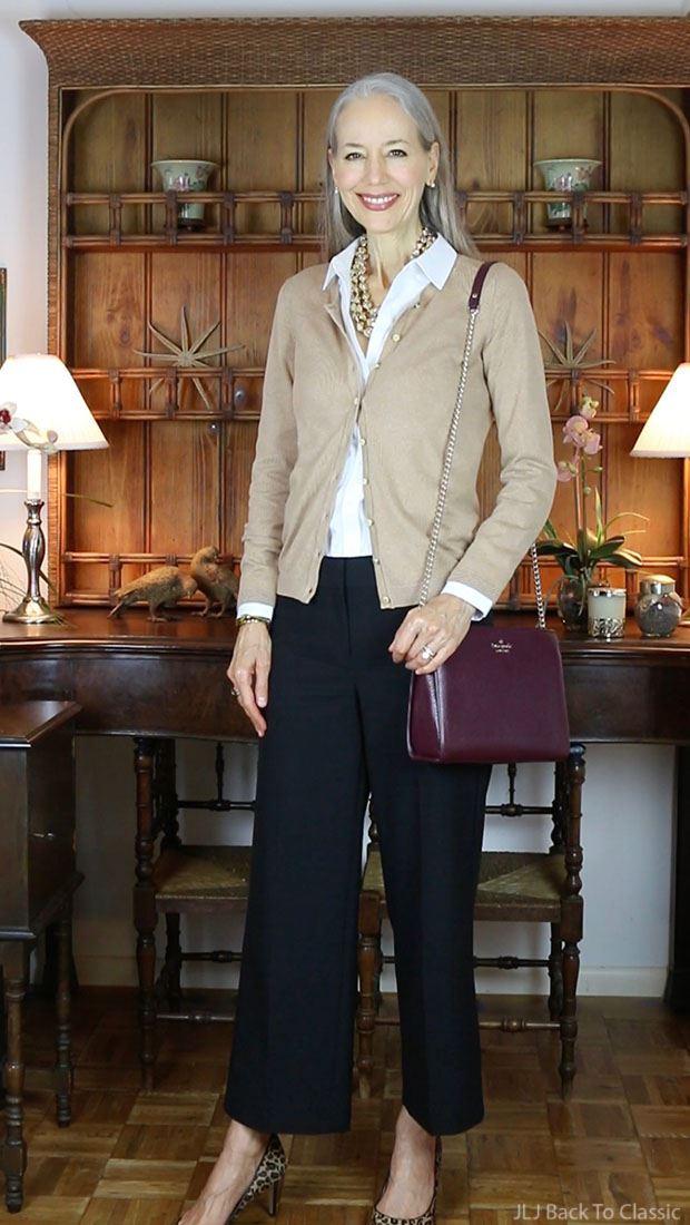 Как женщинам за 50 носить укороченные брюки - Белая блузка с кофтой и чёрными кюлотами