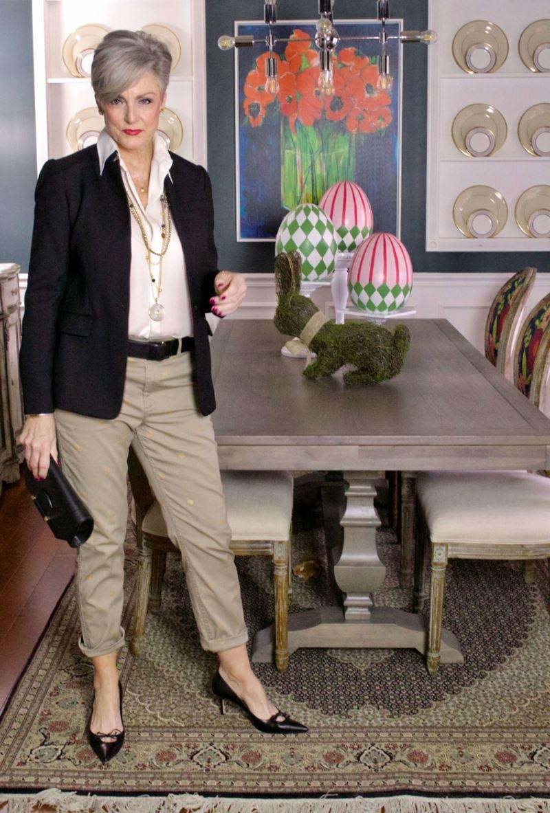 Как женщинам за 50 носить укороченные брюки - Белая блузка с чёрным жакетом и бежевыми чиносами