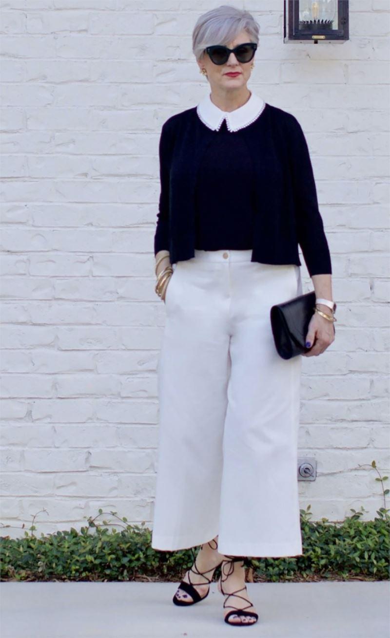 Как женщинам за 50 носить укороченные брюки - Чёрный верх с белым воротничком и гладкие белые кюлоты