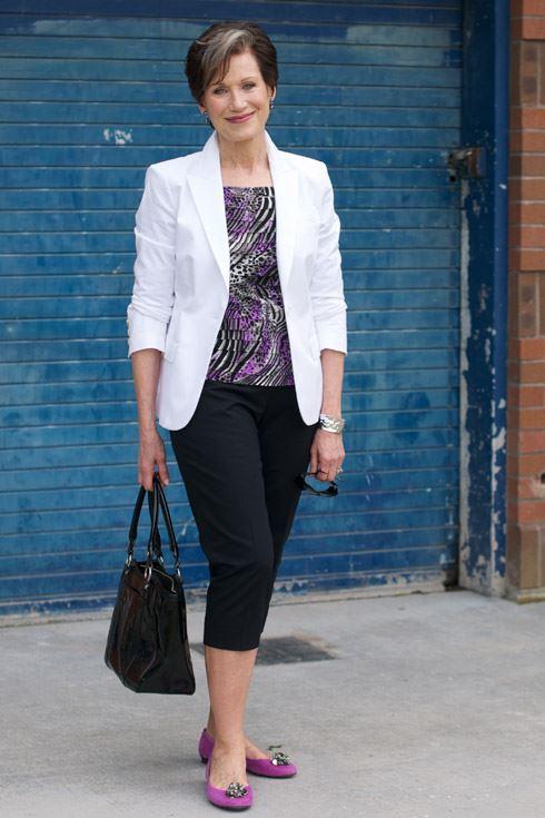 Как женщинам за 50 носить укороченные брюки - Белый жакет с принтованным топом и чёрными брюками капри