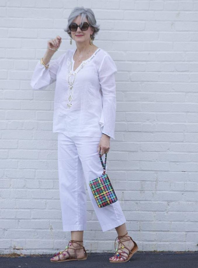 Как женщинам за 50 носить укороченные брюки - Летняя белая туника с хлопковыми брюками