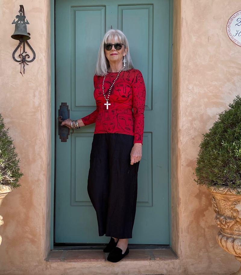 Как женщинам за 50 носить укороченные брюки - Красный принтованный топ с чёрными кюлотами