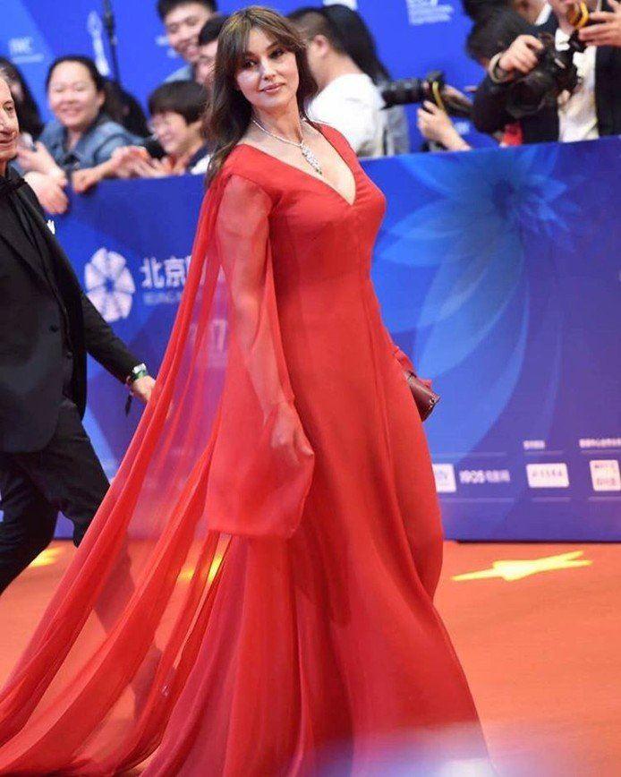 Красные вечерние платья Моники Беллуччи - Гладкое платье со шлейфом и длинными рукавами