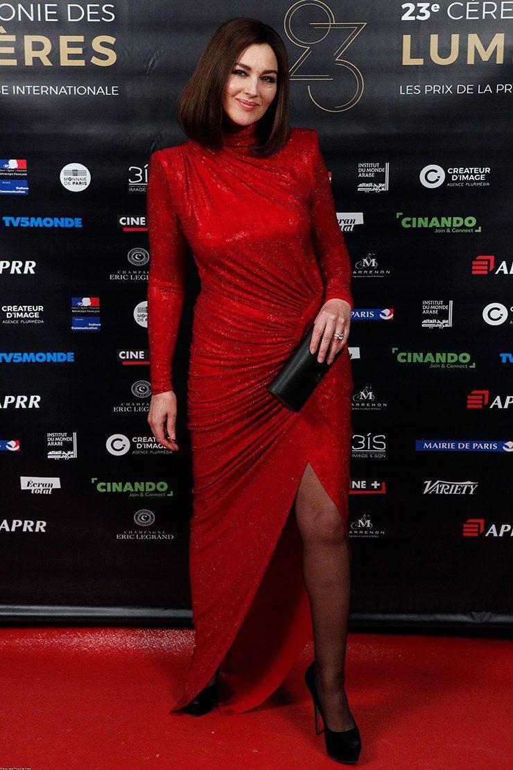Красные вечерние платья Моники Беллуччи - Закрытое платье с люрексом и острыми плечами