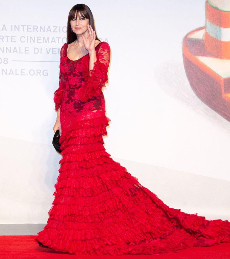 Красные вечерние платья Моники Беллуччи - Кружевное платье с оборками и длинным шлейфом