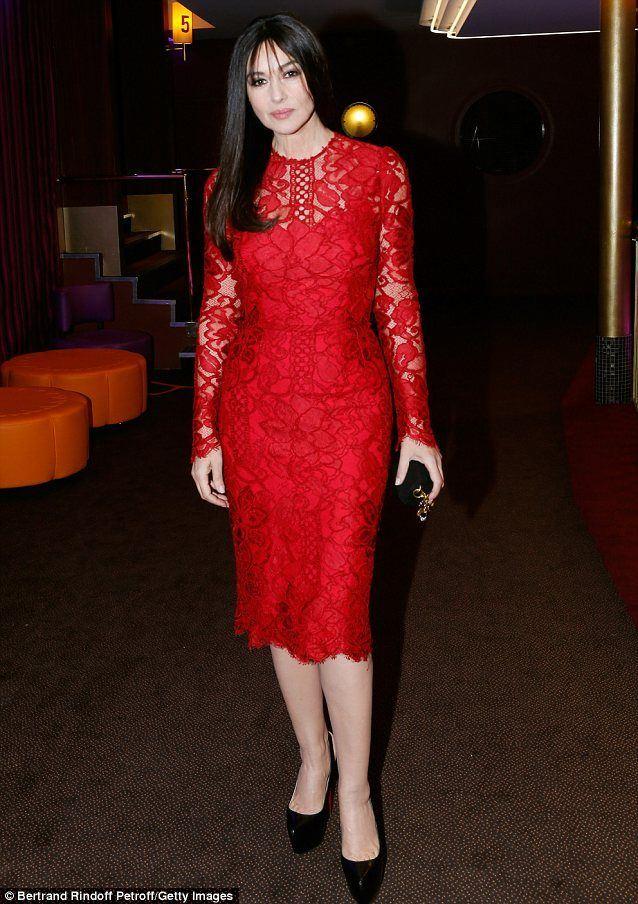 Красные вечерние платья Моники Беллуччи - Кружевное платье до колена