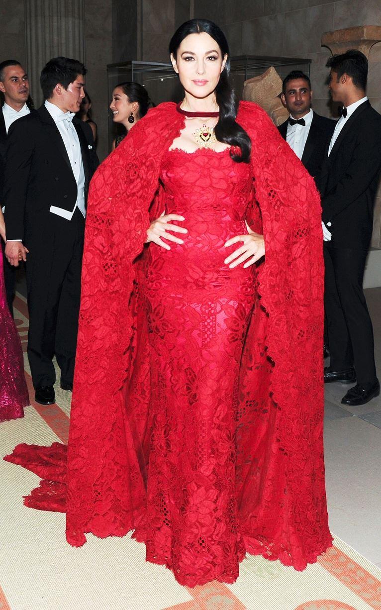 Красные вечерние платья Моники Беллуччи - Кружевное платье с кейпом