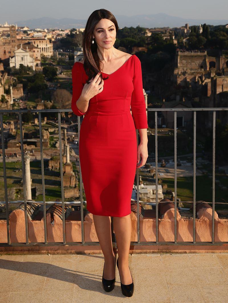 Красные вечерние платья Моники Беллуччи - платье до колена с длинным рукавом