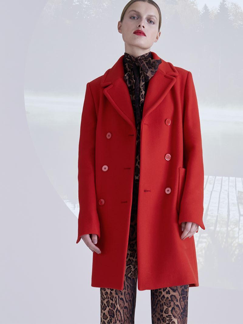 Образы с леопардовым принтом коллекция Marc Cain осень-зима 2021-2022 - Ярко-красное пальто с леопардовым костюмом