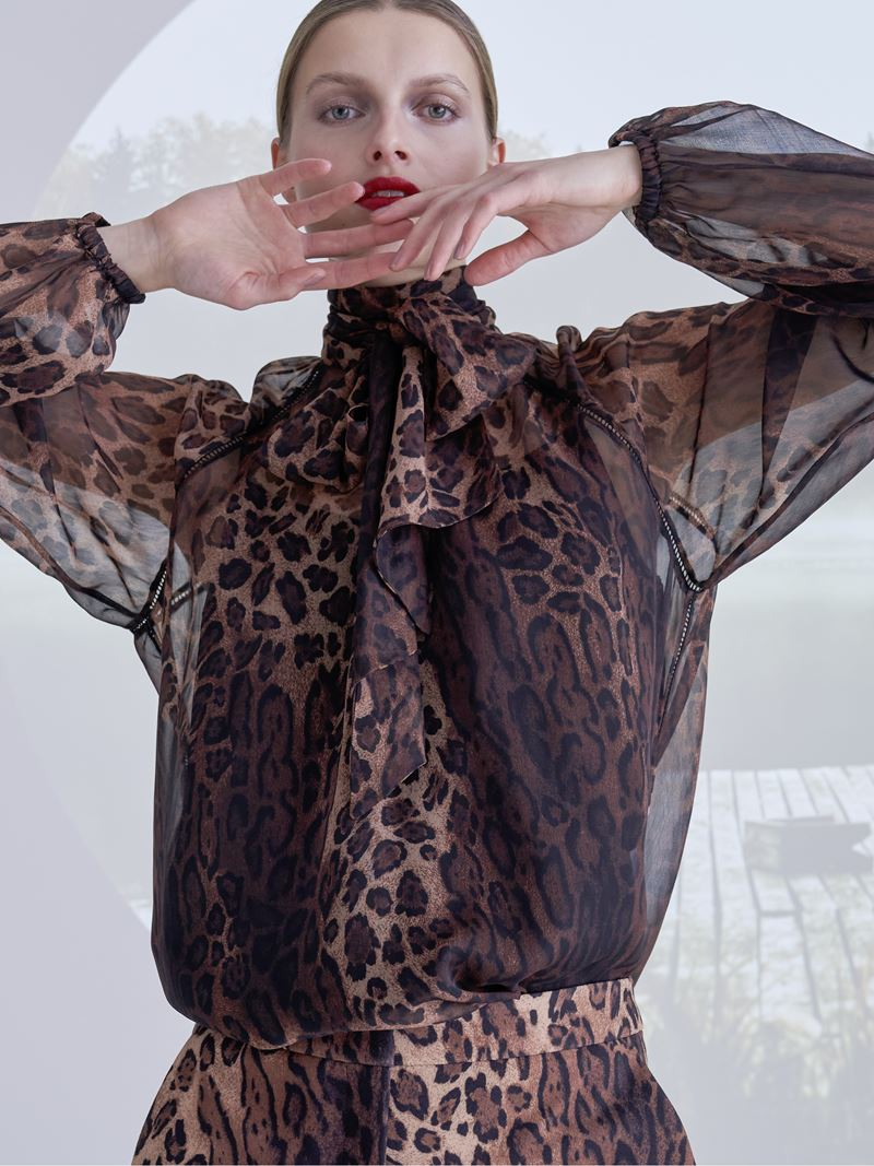 Образы с леопардовым принтом коллекция Marc Cain осень-зима 2021-2022 - Леопардовый костюм с полупрозрачной блузой