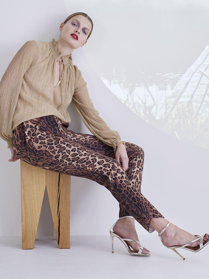 Образы с леопардовым принтом коллекция Marc Cain осень-зима 2021-2022 - Леопардовые брюки с бежевой блузкой