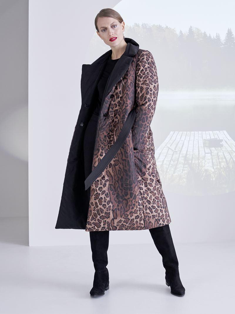 Образы с леопардовым принтом коллекция Marc Cain осень-зима 2021-2022 - Тёплое леопардовое пальто с замшевыми сапогами