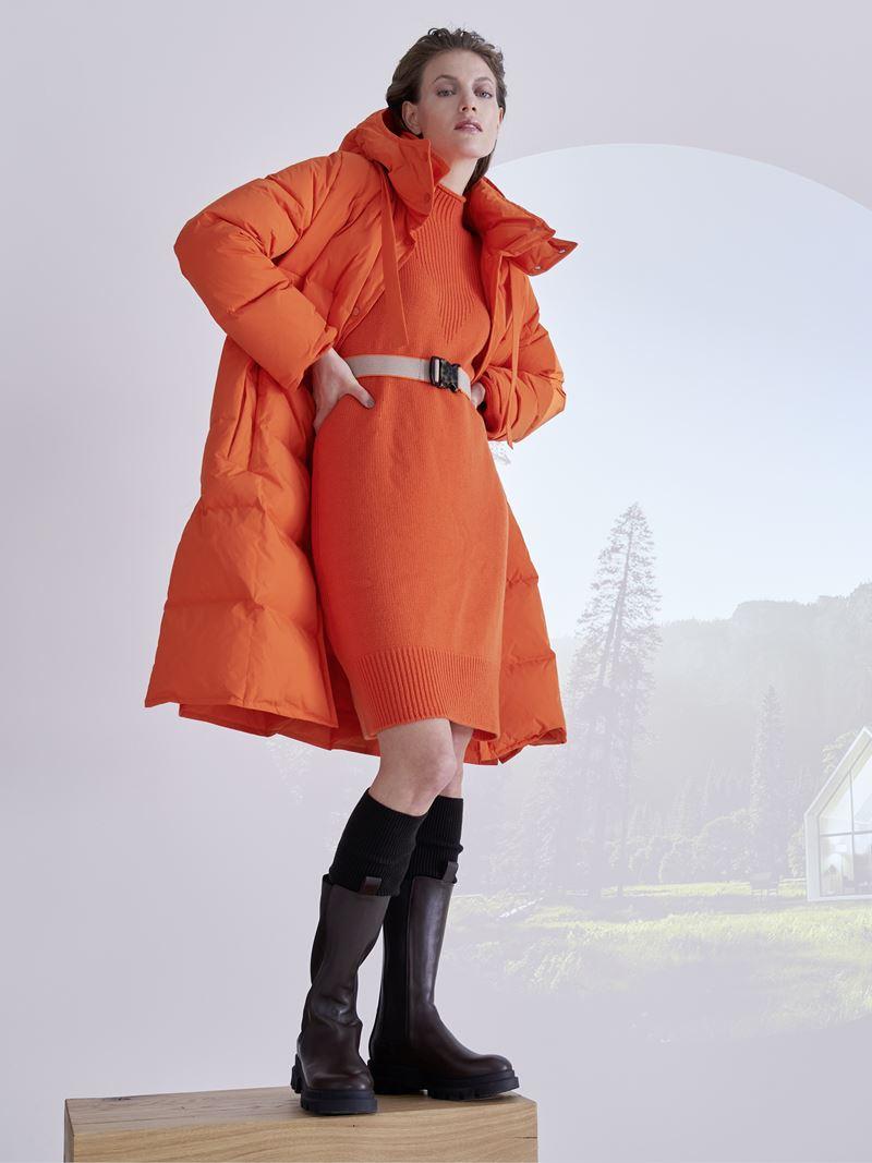 Marc Cain осень-зима 2021-2022 - Трикотажное платье до колена с объёмным пуховиком в ярко-оранжевом