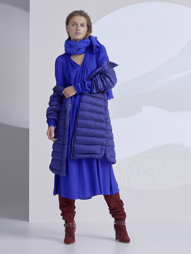 Marc Cain осень-зима 2021-2022 - Синее платье с пальто-пуховиком и замшевыми сапогами