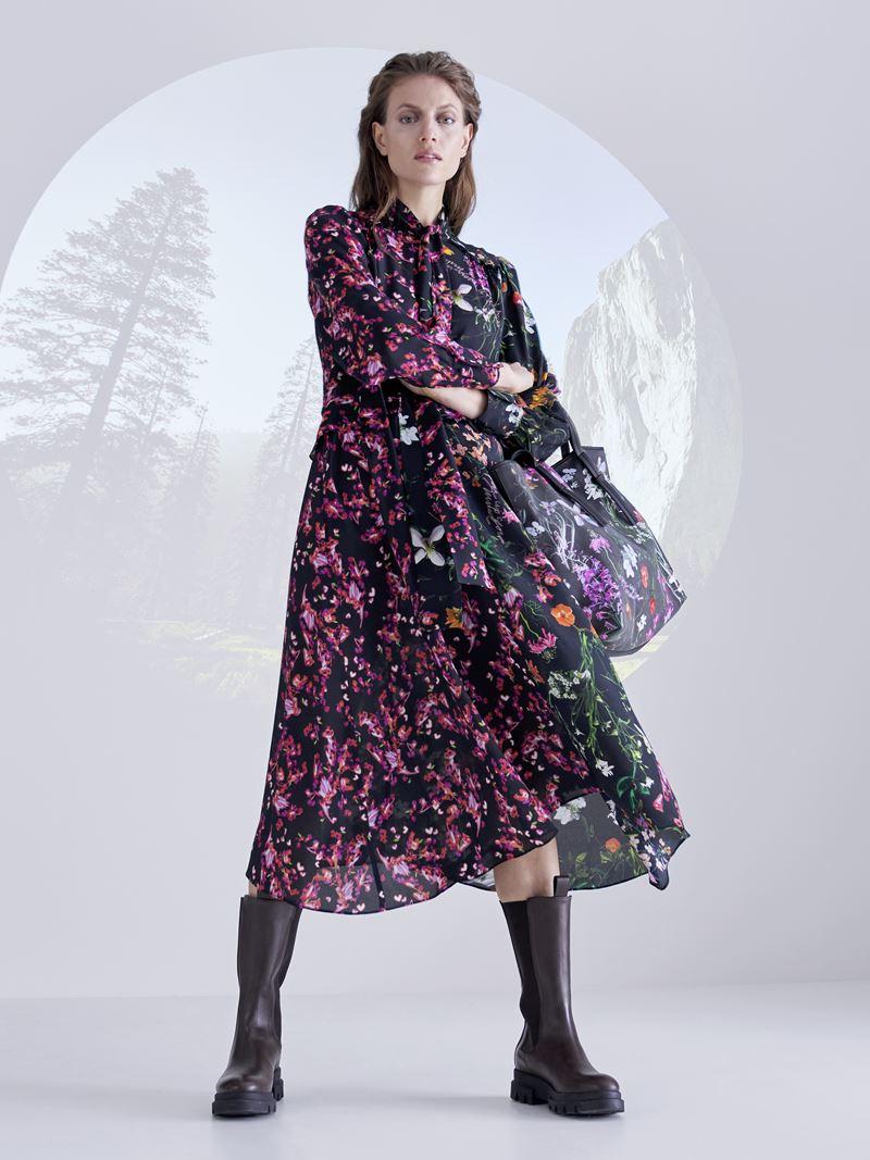 Marc Cain осень-зима 2021-2022 - Цветочное платье миди с грубыми сапогами