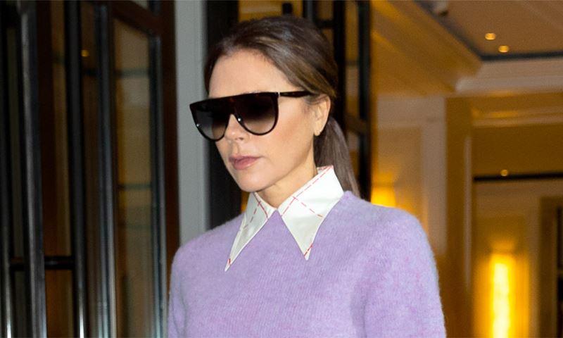 Дама в лиловом: 5 модных образов Виктории Бэкхем, которая на пороге 50-летия не боится выглядеть бледно