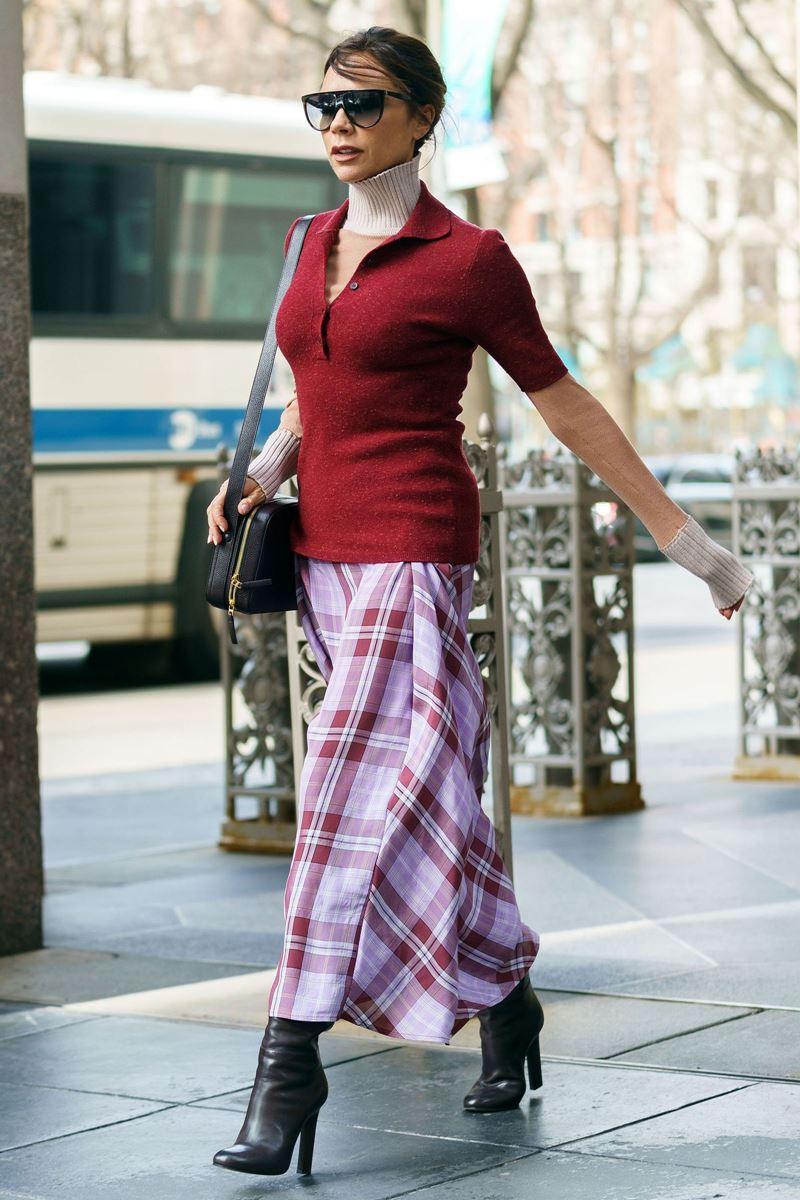 Стиль Виктории Бэкхем в лиловом и сиреневом - Трикотажный свитер и поло с клетчатой юбкой миди