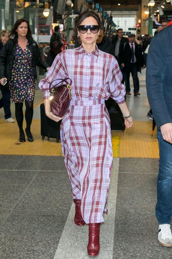 Стиль Виктории Бэкхем в лиловом и сиреневом - Клетчатый костюм с рубашкой и юбкой миди
