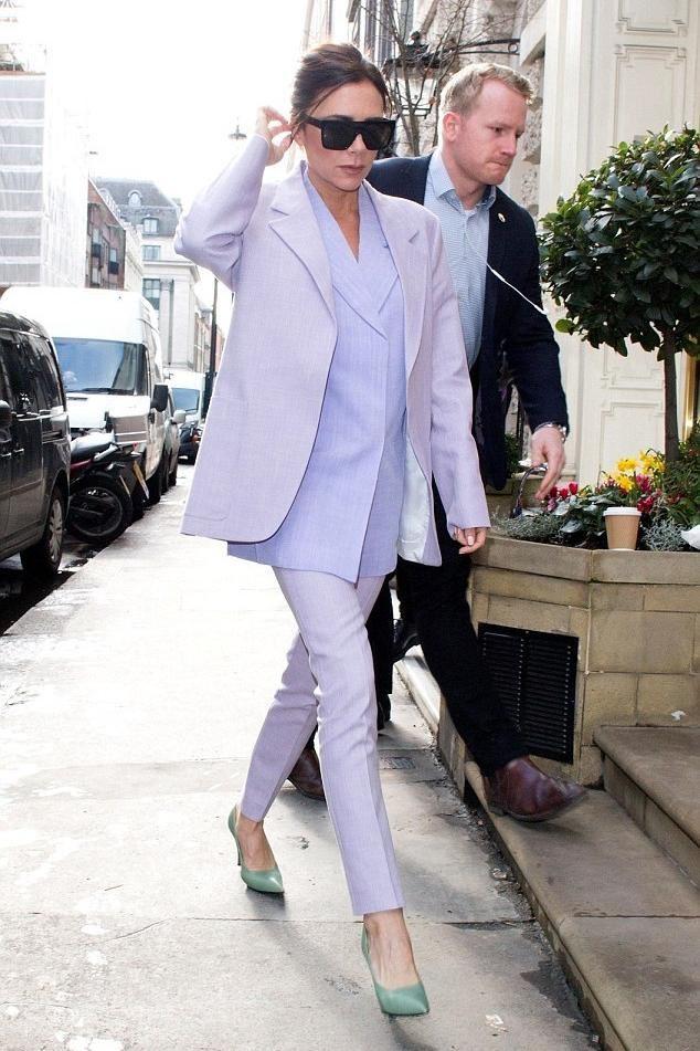 Стиль Виктории Бэкхем в лиловом и сиреневом - Костюм с жакетом оверсайз и брюками скинни