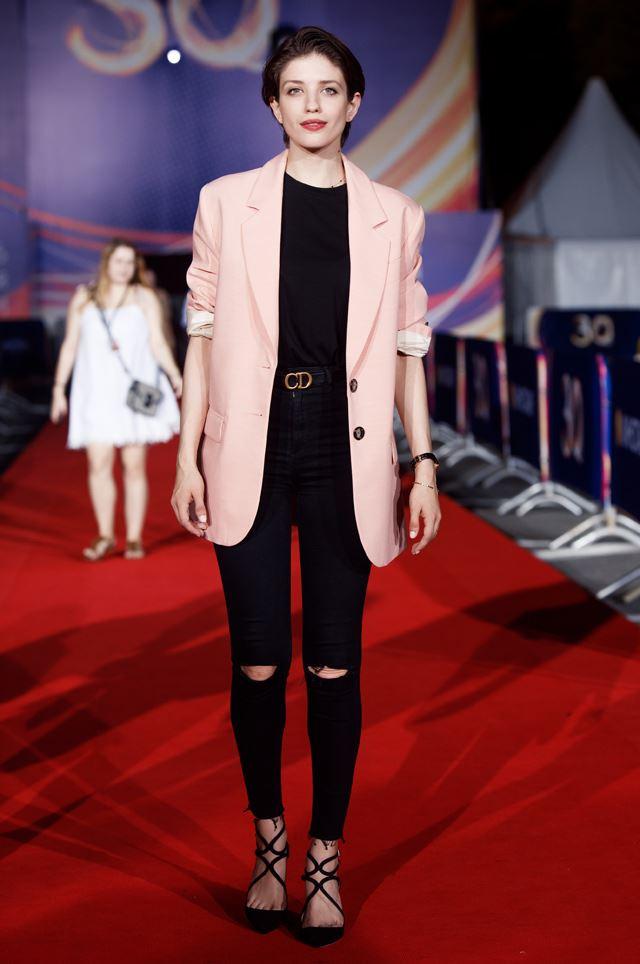 Образы в джинсах от Анны Чиповской - Рваные джинсы скинни + персиковый жакет