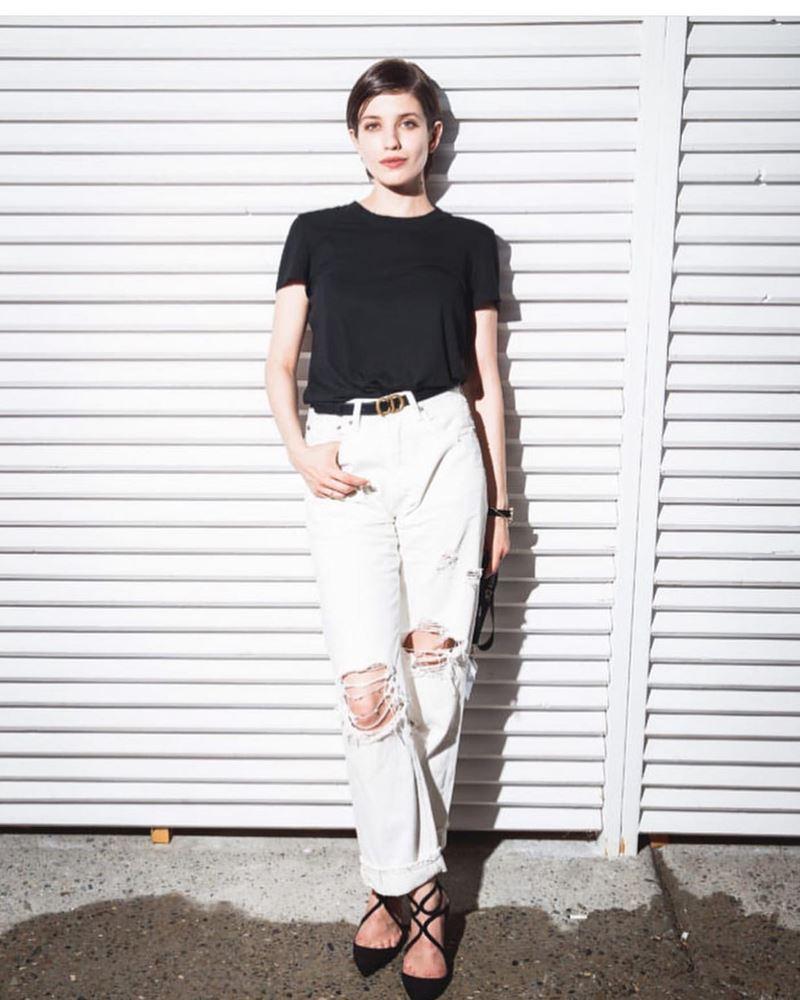 Образы в джинсах от Анны Чиповской - Чёрная футболка + рваные мешковатые джинсы