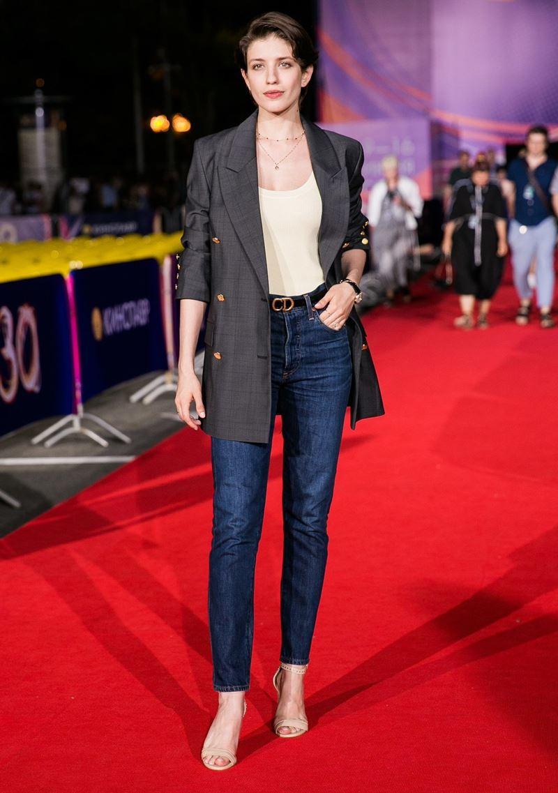 Образы в джинсах от Анны Чиповской - Тёмно-синие джинсы-дудочки + жакет оверсайз
