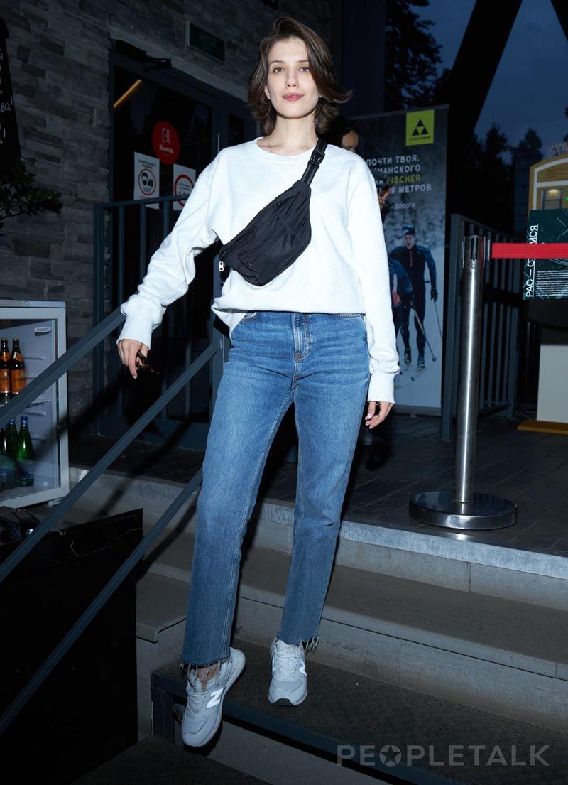 Образы в джинсах от Анны Чиповской - Голубые джинсы + белый джемпер