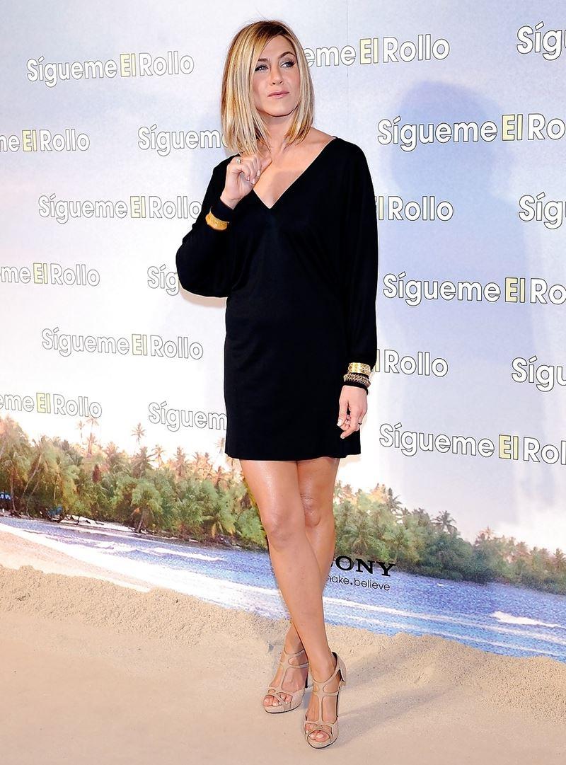 Неудачные платья Дженнифер Энистон - Короткое платье с длинным рукавом и широким V-образным вырезом