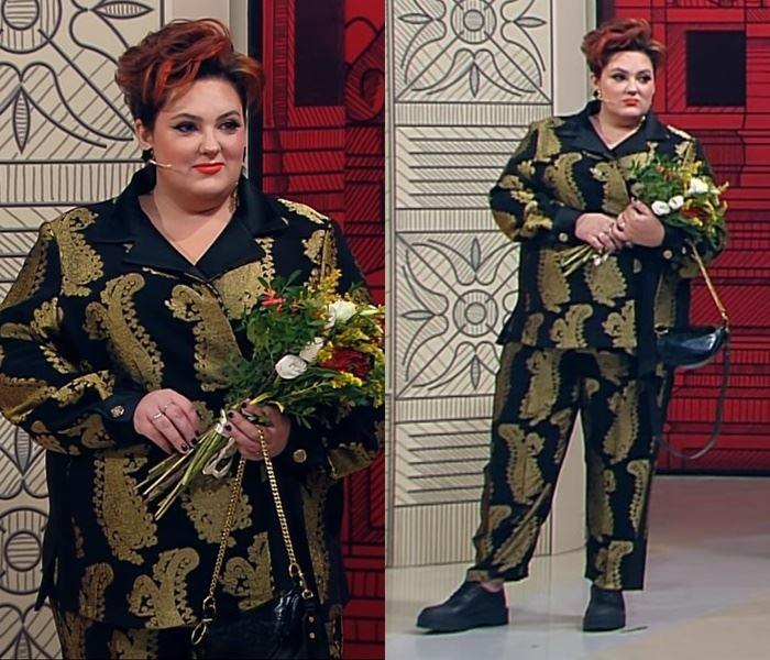 """""""Модный приговор"""", Ева ,100 кг, 62 размер - Чёрный брючный костюм с крупным золотым принтом"""