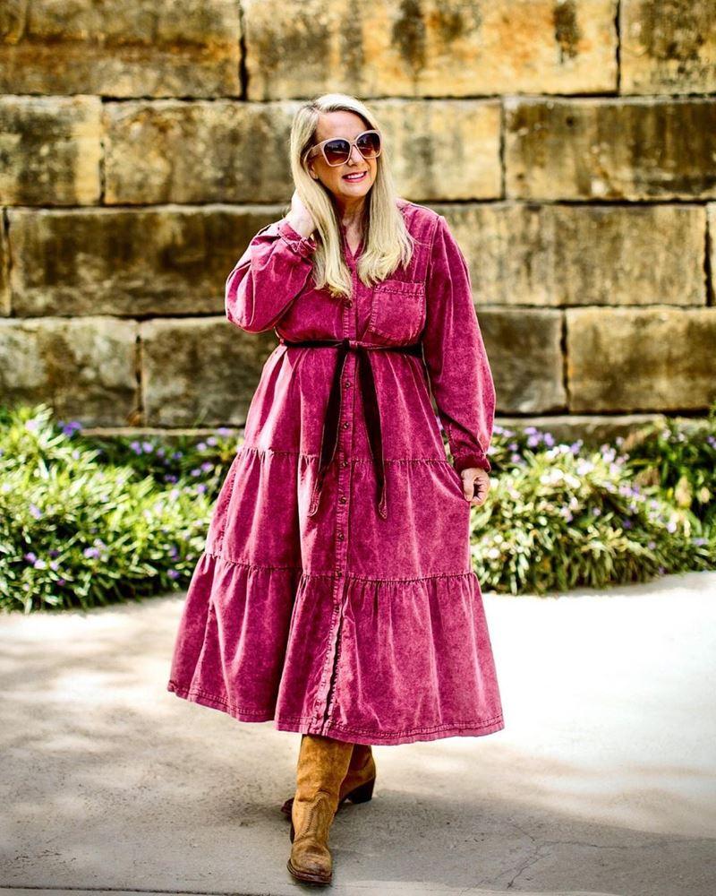 Стиль 60+ наряды от американки Кимберли - Длинное платье-пальто из розового вельвета с замшевыми сапогами в ковбойском стиле