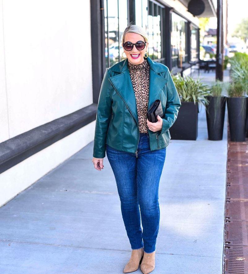 Стиль 60+ наряды от американки Кимберли - Джинсы скинни с леопардовым топом и изумрудной кожаной косухой