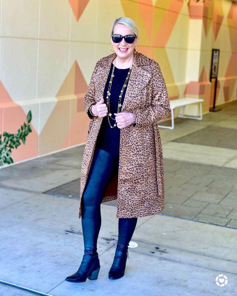 Стиль 60+ наряды от американки Кимберли - Леопардовое пальто с леггинсами и чёрным топом