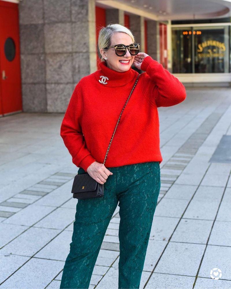 Стиль 60+ наряды от американки Кимберли - Красный свитер с высоким воротником с кружевными зелёными брюками