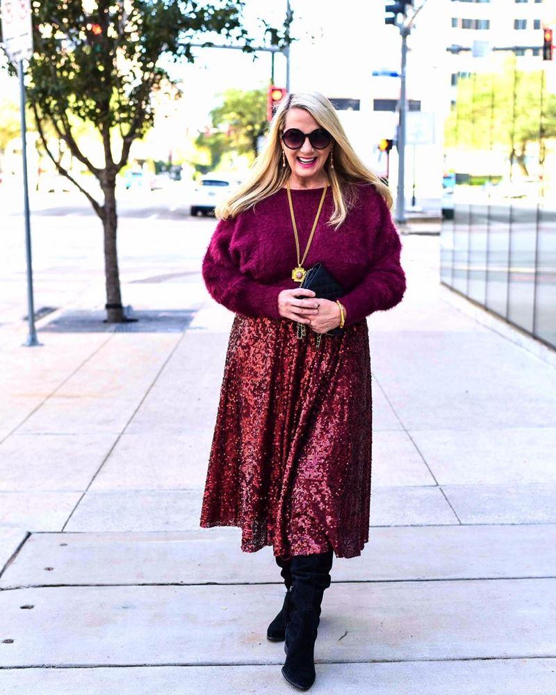 Стиль 60+ наряды от американки Кимберли - Бордовый свитер с юбкой в пайетках